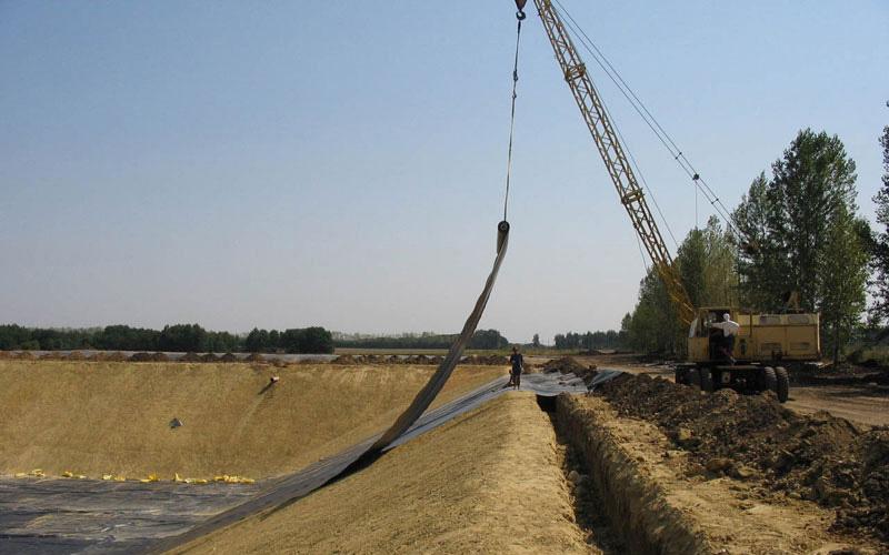 Монтаж гидроизоляции навозохранилища