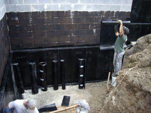 Стены проклеиваются горячим битумом